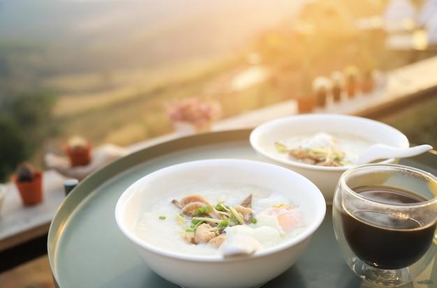 Рисовый отвар с горячим кофе с видом на природу