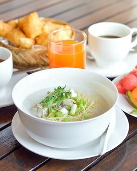 豚肉のみじん切りとスライスジンジャーコリアンダーと卵を添えたコンジー、アジア料理の朝食