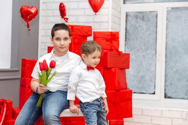 母の日または誕生日の2人の美しい子供たちとお母さんを祝福します