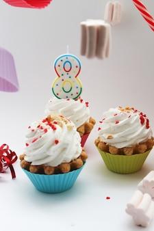 3月8日の国際女性デー、クリームケーキと白い背景の8番おめでとうございます