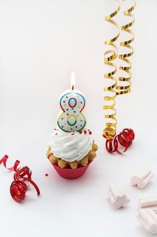 Поздравление с международным женским днем 8 марта, кремовый торт и цифра восемь на белом фоне
