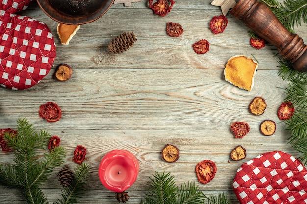 針葉樹の枝、木の背景にコピースペースのあるお祭りやキッチンのアクセサリー。クリスマスと新年のコンセプト。上面図