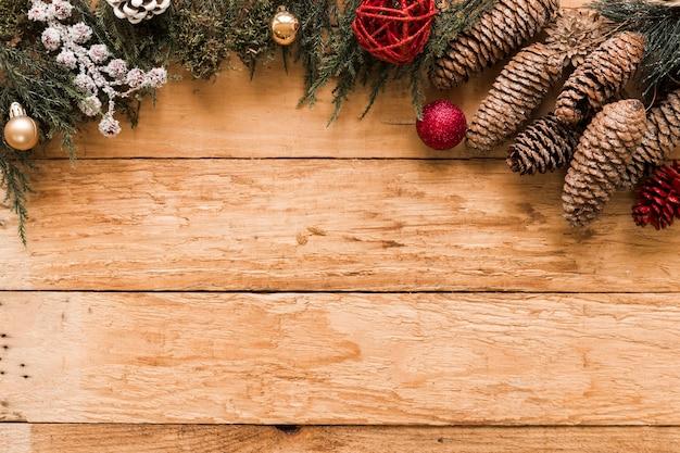 Хвойные ветки, коряги и рождественские шары