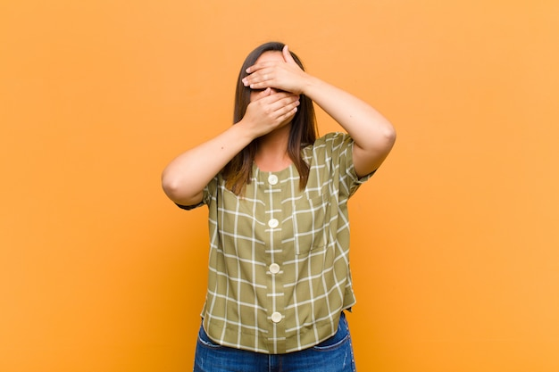 Оборачивая лицо обеими руками, говоря нет! отказ от фотографий или запрет на фотографии