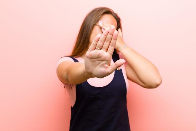 Согнуть лицо рукой и положить другую руку вперед, чтобы остановиться, отказ от фотографий или изображений