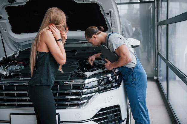 Связь плохая. результаты ремонта. уверенный мужчина показывает, какие повреждения получила ее машина