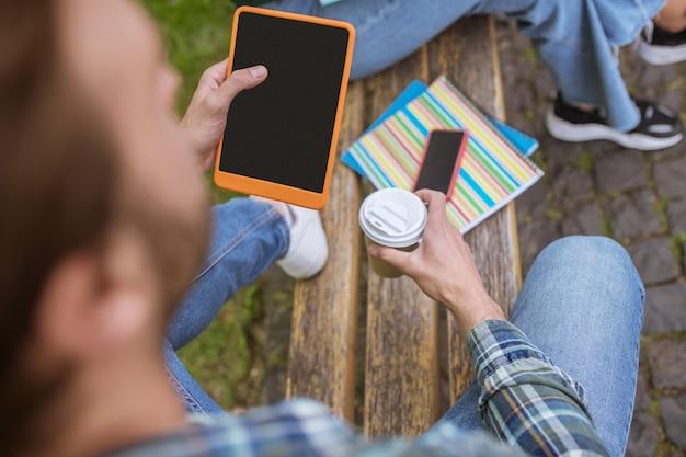 Связаны. крупным планом изображение человека со смартфоном в руках