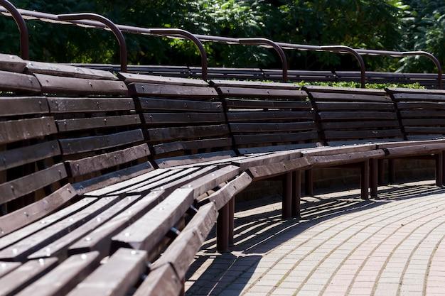 公園内のたくさんの木製ベンチをつなぎ合わせ、公園内のクローズアップ