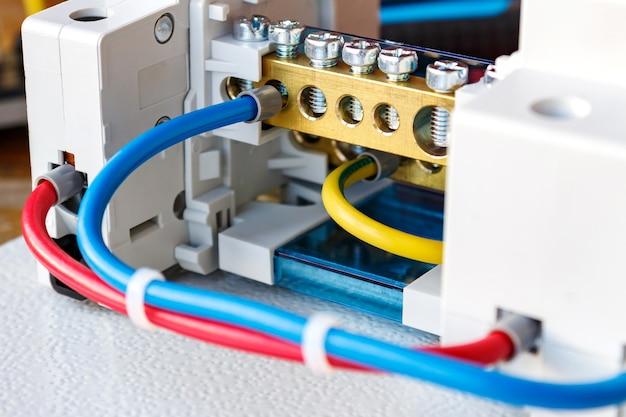 電気パネルのクローズアップのコンポーネントを接続する