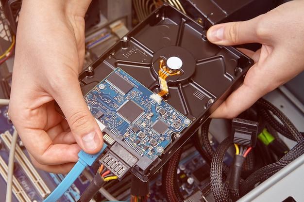 컴퓨터 시스템 장치의 마더보드에 하드 드라이브 연결