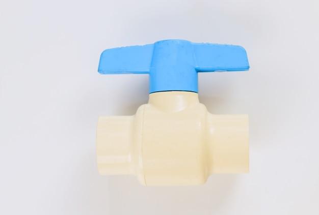 白い壁に隔離された給水用の青いpvcプラスチックバルブをクローズアップで接続