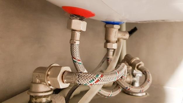 보일러에 급수, 온수 및 냉수 연결. 욕실의 냉온수용 호스. 가정용 전기 온수기의 배관 연결.