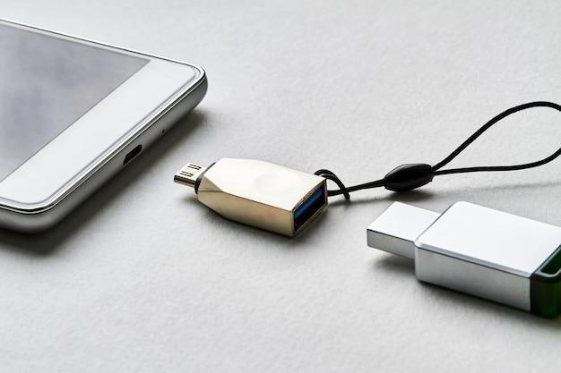 어댑터를 통해 스마트폰에 플래시 드라이브 연결 방식
