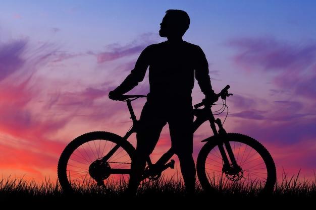 Покорение горных вершин велосипедистом в шортах и майке на современном карбоновом хардтейл-байке