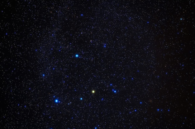 青い星空を背景にオリオン座。夜の星、銀河、星雲の天体写真