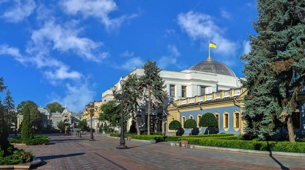 晴れた夏の朝、ウクライナのキエフにあるウクライナ最高評議会近くの憲法広場