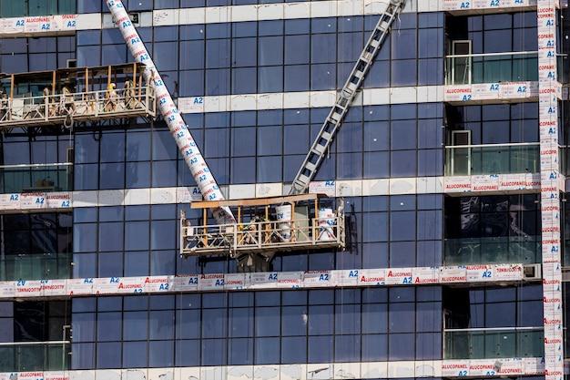 두바이, uae의 두바이 시내 건설 활동. 두바이는 아랍 에미리트 연합에서 가장 인구가 많은 도시이자 에미레이트 항공입니다.