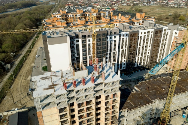 고층 건물의 건설 및 건설, 작업 장비 및 작업자가 있는 건설 산업. 위에서, 위에서 보기. 배경 및 질감입니다.