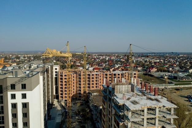 고층 건물의 건설 및 건설, 작업 장비 및 작업자가있는 건설 산업.