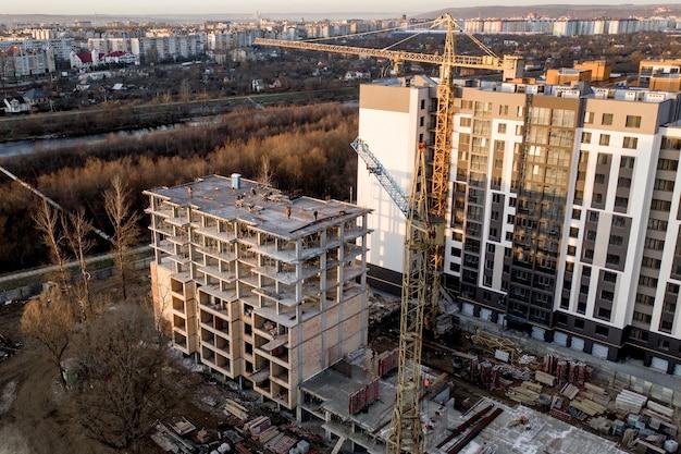 고층 건물의 건설 및 건설, 작업 장비가있는 건설 산업