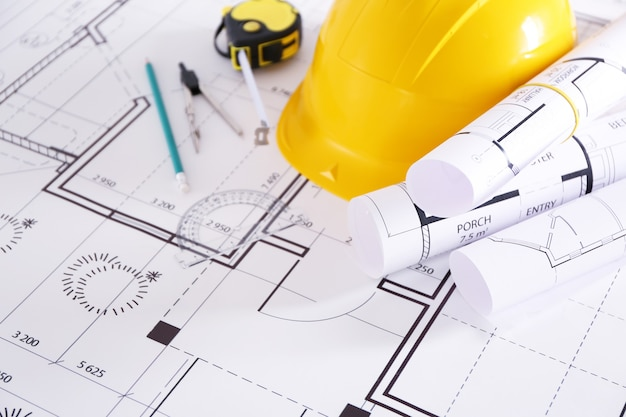 Строительные чертежи с инструментами и крупным планом шлема