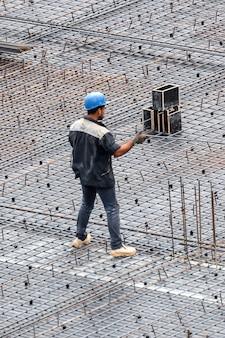 흐린 날에 현장에서 일하는 건설 건물 노동자
