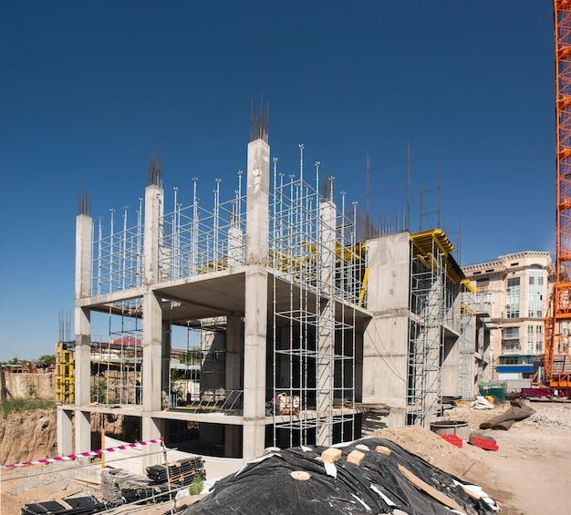 건설 크레인 및 배경 하늘에 건물의 콘크리트 구조