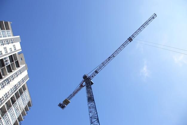 建設用クレーンと新築の高層住宅