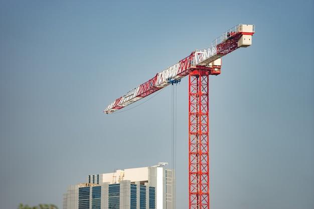 푸른 하늘 표면에 고립 된 건설 크레인