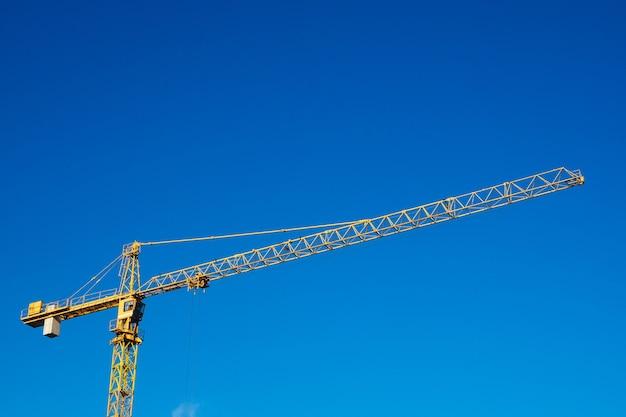 Строительный кран на фоне голубого неба