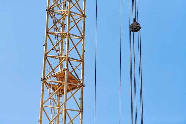Строительный кран работает на строительном комплексе. выборы нового торгового центра в центре города. трудолюбивая ночь.