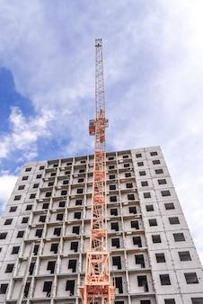건설 크레인과 배경 흐린 하늘에 건물