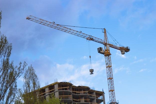 建設用クレーンと空の上の建物