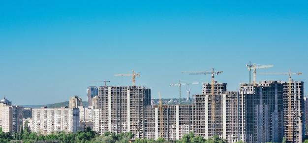 화창한 날 키예프 시에서 건물을 건설하는 건설 크레인