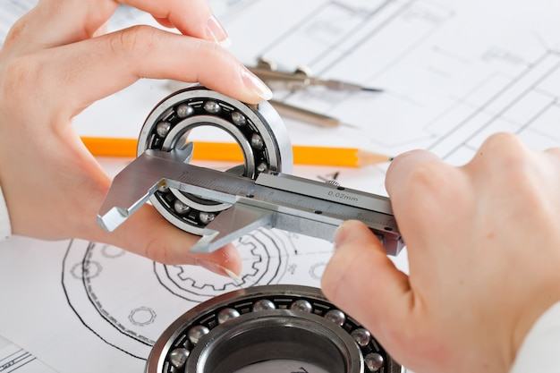 テーブル上の建設草案とツール