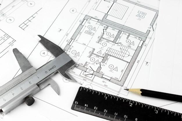 建設図面と計画ツール。建築家エンジニアの図面計画のクローズアップ。