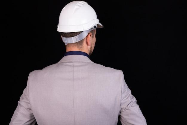 白いヘルメットの建設エンジニアの実業家
