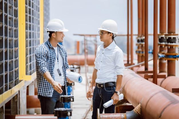 新しいサイト構築でエアコンマシンをチェックする建設エンジニア