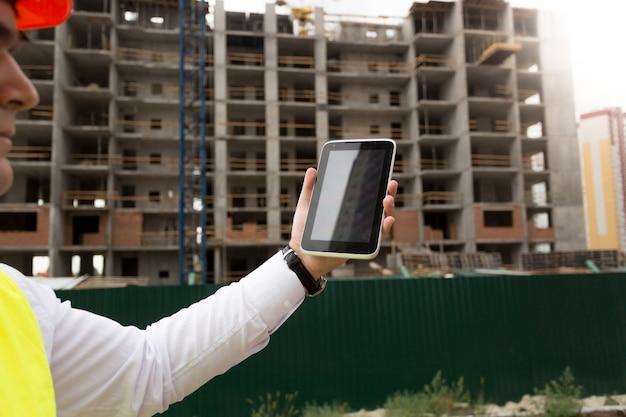 デジタルタブレットで建物の建設を制御する建設エンジニア
