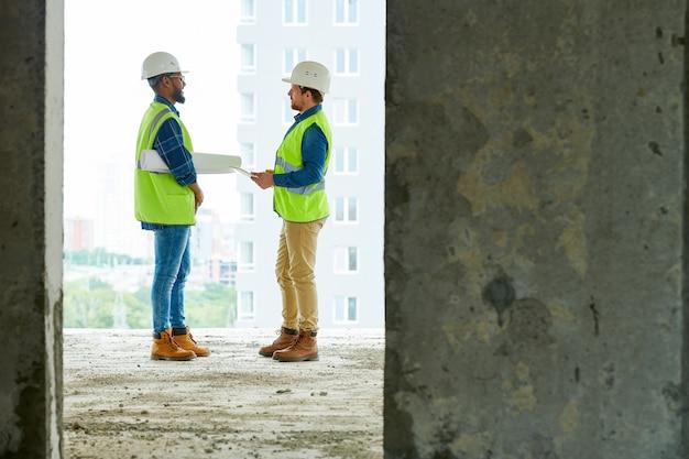 아파트 건물에서 일하는 건설 엔지니어