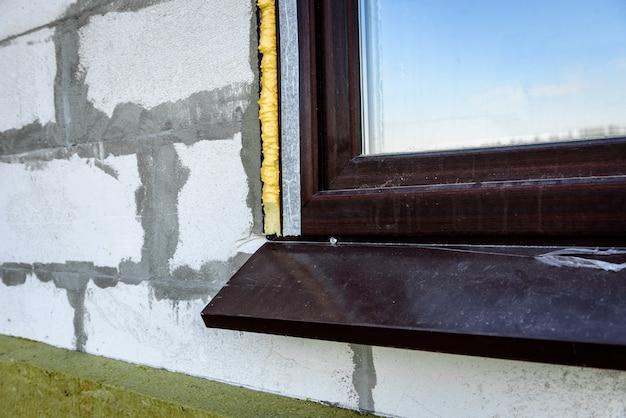 建設用フォームは、プラスチックの窓とブロック壁の間の隙間を密閉しました。