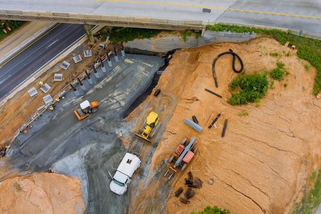 米国の改修中の道路近代道路インターチェンジのコンクリート橋の柱を更新するための建設