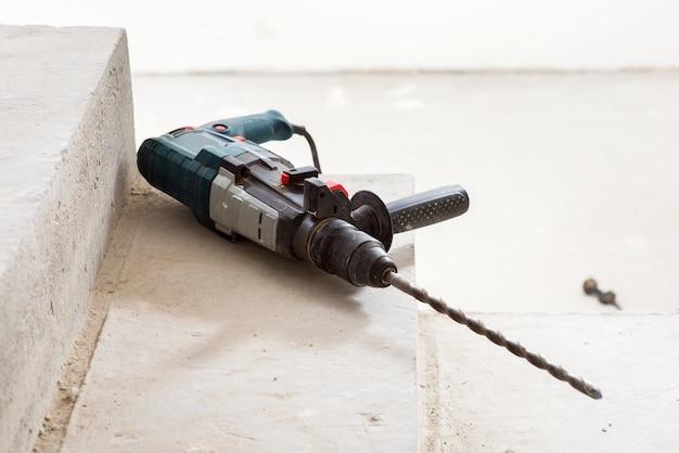 집을 짓는 동안 콘크리트 계단에 건설 해머 드릴
