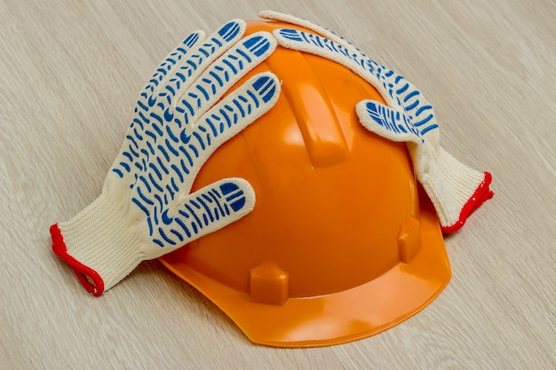 建設用ヘルメットと手袋