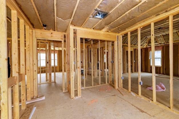 住宅の梁フレームワークの木造新築住宅のフレーム内の建設住宅インテリア