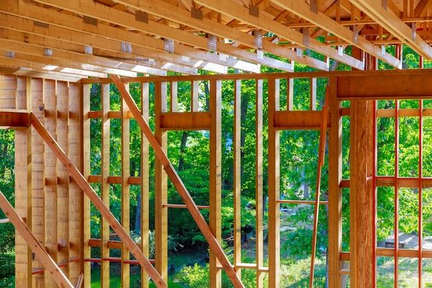 住宅の梁フレームワークの木造新築住宅のフレーミング内の建設住宅インテリア