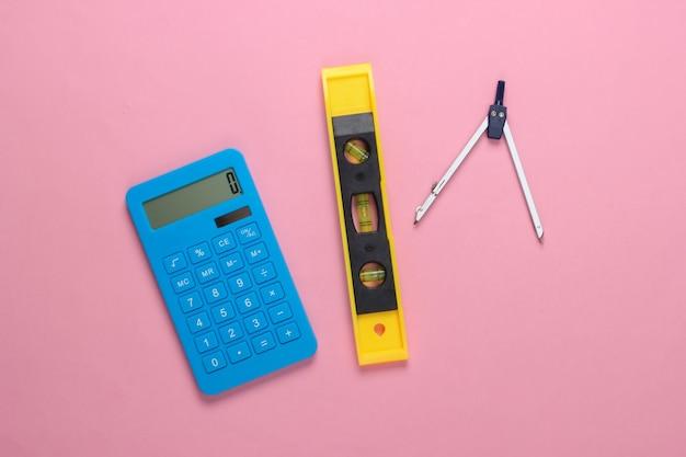 建設レベルと電卓、ピンクのスタジオのコンパス
