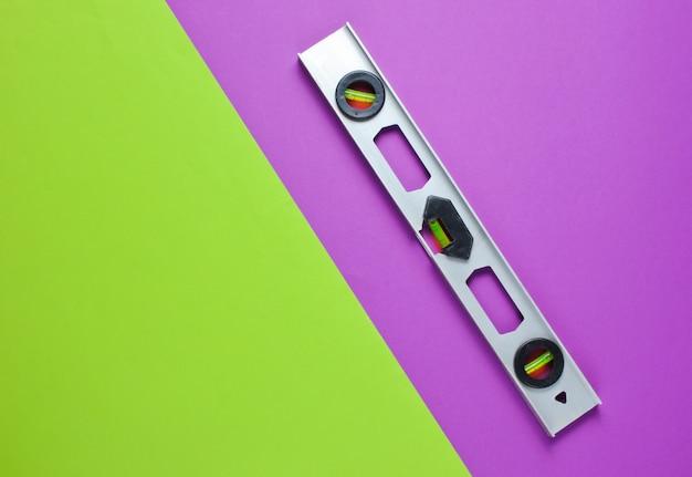 Уровень строительства на зеленом фиолетовом фоне