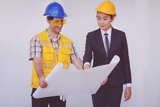 建設部長とエンジニアの青写真を見て