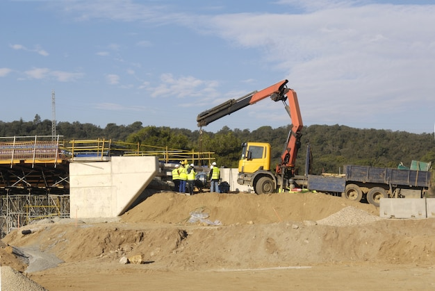 Строительство моста на шоссе